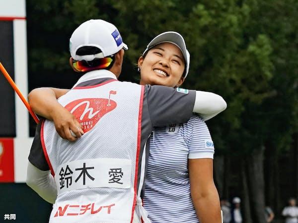 プレーオフを制して鈴木はニチレイレディース2連覇と2週連続優勝を果たした=共同