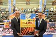 アラン・ベロー駐日アルゼンチン共和国特命全権大使(右)が店舗を訪れた
