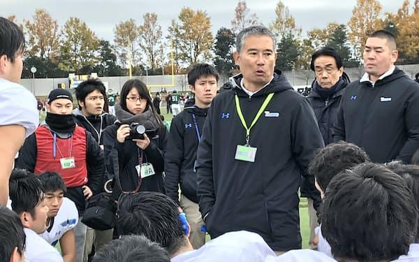 TOP8昇格を決めた後の最終戦に敗れ、森(中央右)は選手に厳しい言葉を投げかけた(18年12月、東京都調布市)