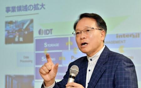 呉氏は大型買収を主導してきた(写真は米IDT買収の記者会見、18年9月)