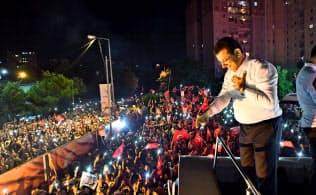 23日夜、イスタンブールで支持者に語りかけるイマモール氏=AP