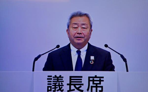 株主総会のモニター画面に映し出されたNTTの澤田社長(25日、東京都港区)