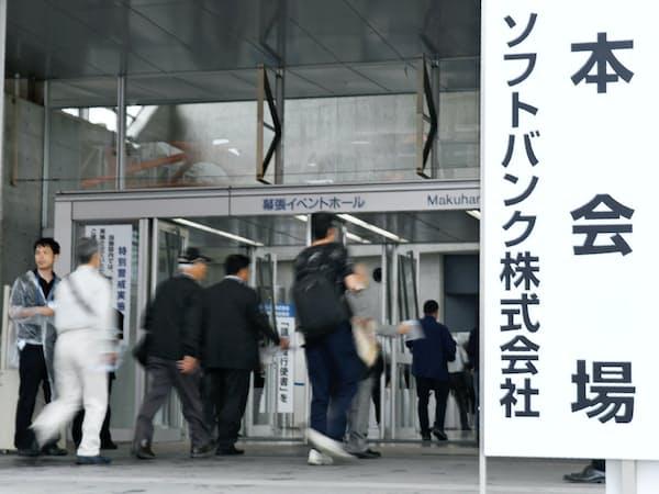 ソフトバンクの宮内謙社長は株価低迷を株主に陳謝した(24日の総会会場)