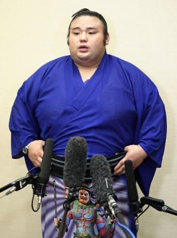 名古屋市内で開かれた力士会後、取材に応じる大関貴景勝(25日)=共同