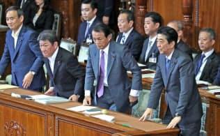 衆院本会議で内閣不信任決議案が否決され、一礼する安倍首相ら(25日)