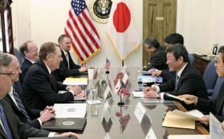 交渉に臨む茂木経済再生相(右手前から2人目)とライトハイザー米通商代表(左手前から3人目)ら(15日、ワシントン)=日本政府提供?共同