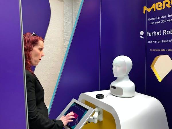 ヒト型ロボットは興味を引くため、「診察」を受ける人が増える(5月、独ダルムシュタット)