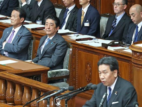 衆院本会議で内閣不信任決議案の趣旨弁明を聞く安倍首相ら(25日)
