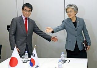大阪で日韓外相会談は開かれる見通しだ(5月、パリ)=AP・共同
