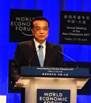 中国の李首相は毎年、夏季ダボス会議に参加している(2017年、大連市)