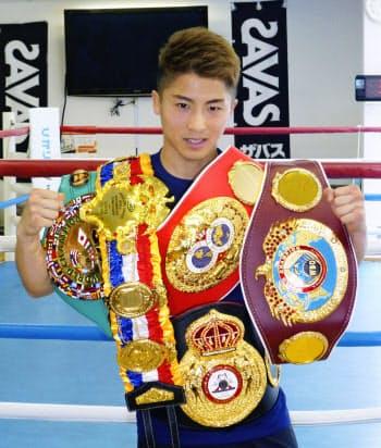 これまでに獲得した世界主要4団体と米リング誌認定のベルトを披露する井上尚弥(25日、横浜市の大橋ジム)=共同