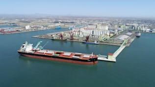 穀物飼料を運ぶ大型船の受け入れが可能な新岸壁を備えた釧路港の国際物流ターミナル(北海道釧路市、釧路西港開発埠頭提供)