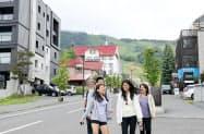 ニセコ地区のひらふ坂はホテルやコンドミニアムが立ち並び、夏季も訪日客でにぎわうようになってきた(倶知安町)