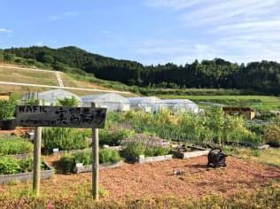 実習農場や宿泊機能付きレストランが併設されている(奈良県桜井市)