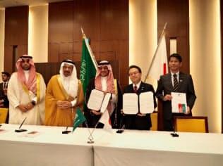 世耕弘成経産相(右から2人目)はサウジアラビアの閣僚らと水素分野での協力を確認した(17日、都内)