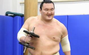 明るい表情でトレーニングする白鵬(25日、愛知県豊田市)=共同
