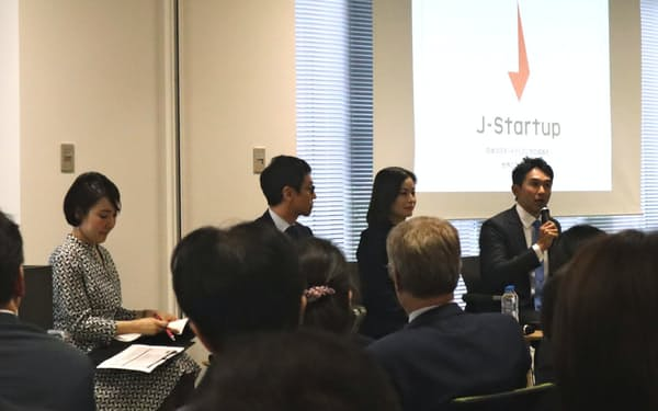 Jスタートアップの発表会で話すセンシンロボティクスの間下氏(右端)とシナモンの平野氏(右から2人目)ら