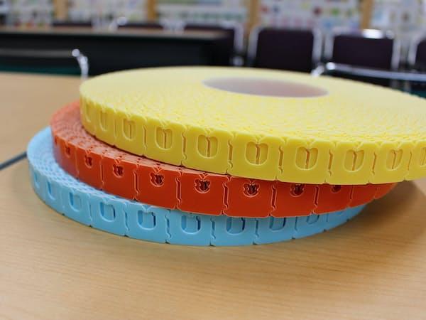 穴の大きさや色が異なる留め具を約200種類そろえる。