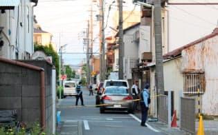 佐藤容疑者の自宅を調べる捜査員(25日午後、名古屋市北区)