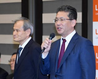 記者会見するLIXILグループの瀬戸欣哉CEO(右)ら(25日、東京都中央区)