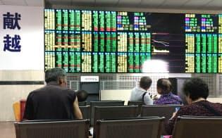 25日は株式市場全体が振るわなかったこともあり、日本株ETFへの関心も今ひとつだった(上海市中心部の証券会社の店頭)