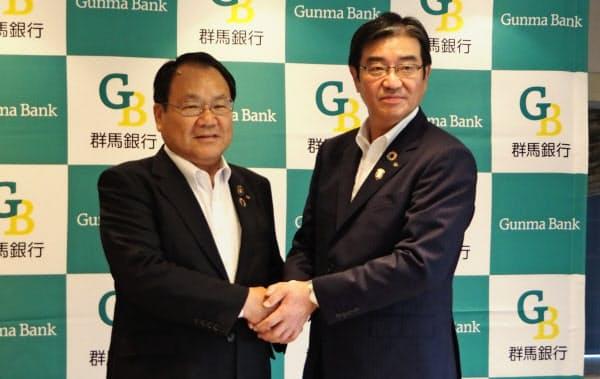 就任会見を開いた深井彰彦頭取(右)と斎藤一雄会長(25日、前橋市)