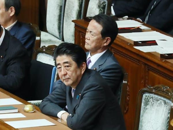 25日の衆院本会議で内閣不信任決議案の趣旨弁明を聞く安倍首相と麻生副総理