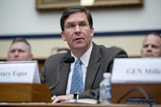 米下院軍事委員会の公聴会で話すエスパー氏(4月2日、米ワシントン)=AP