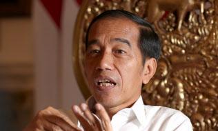 インタビューに答えるインドネシアのジョコ大統領(25日、ジャカルタ)=石井理恵撮影
