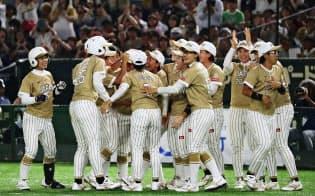 米国にサヨナラ勝ちし、喜ぶ日本の選手たち(25日、東京ドーム)=共同