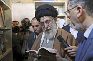 イラン最高指導者のハメネイ師(4月、テヘラン)=AP