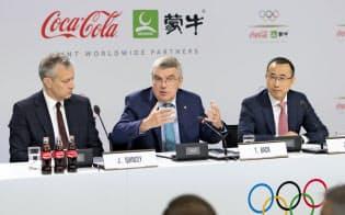 スイスのローザンヌでバッハIOC会長(中央)は24日、IOCはコカ・コーラ、蒙牛乳業とスポンサー契約を結んだと発表した。左はコカ・コーラのクインシー最高経営責任者(CEO)、右は蒙牛乳業の盧敏放総裁=AP