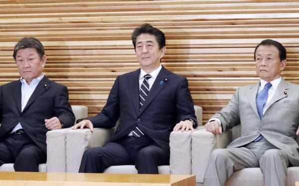臨時閣議に臨む安倍首相(26日、首相官邸)