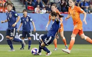 日本―オランダ戦の前半、ゴールを決める長谷川(手前)=共同