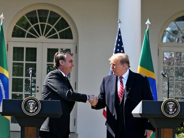 ブラジルのボルソナロ大統領(左)はWTO改革などでトランプ米大統領と歩調を合わせる(3月、ワシントン)