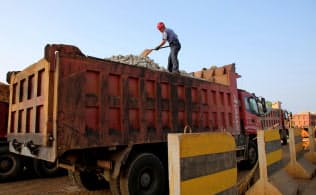 中国の鉄鉱石の港湾在庫は今年に入り急減している(江蘇省連雲港市の港湾施設)=ロイター