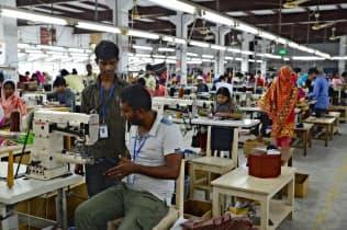 バングラデシュに革製品の工場を設け、現地で雇用を生み出している