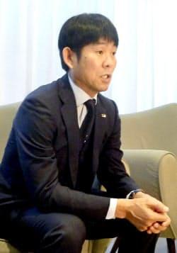 サッカー南米選手権の1次リーグで敗退し、帰国前に取材に応じる日本代表の森保監督(25日、ブラジル・ベロオリゾンテ)=共同