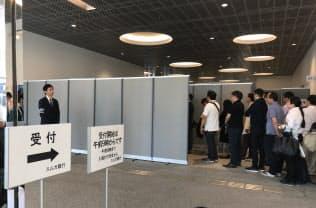 午前9時の開場前から株主が列を作った(26日、静岡県沼津市)