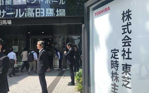会場に入る東芝の株主(26日、東京・新宿)