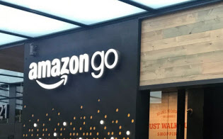 アマゾン・ゴーは事前に登録したアプリで決済を済ませることができる(米ワシントン州シアトル市の店舗、2018年9月)