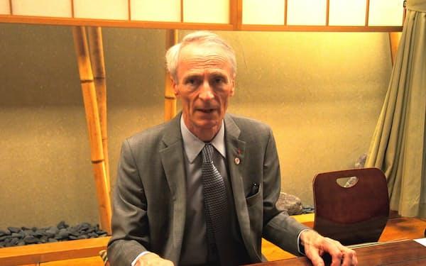 都内で報道陣の取材に答えるルノーのジャンドミニク・スナール会長