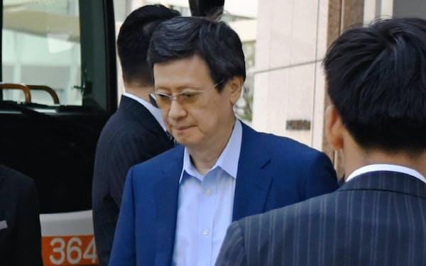 ロッテHDの株主総会後に会場のホテルを出る重光宏之氏(26日午前、東京都新宿区)