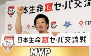 交流戦のMVPに選ばれ、記者会見でポーズを取るソフトバンクの松田宣浩(26日、ヤフオクドーム)=共同