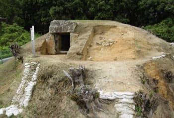 墳丘を覆った石が見つかった平野塚穴山古墳(奈良県香芝市、同市教委提供)=共同