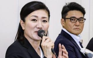 記者会見する、東京五輪ゴルフ日本代表の女子担当コーチに就任した服部道子さん。右は丸山茂樹ヘッドコーチ(26日午後、東京都内)=共同