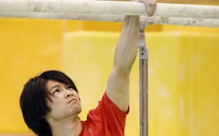 平行棒の練習に臨む内村航平(26日、東京都北区の味の素ナショナルトレーニングセンター)=共同
