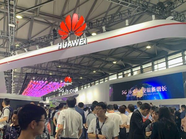 ファーウェイは次世代通信網「5G」向け通信機器を拡大する方針を変えていない(26日、上海市の携帯関連見本市)