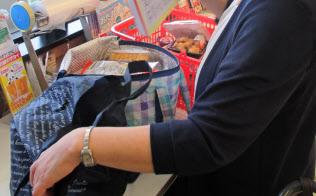 複数のマイバッグを使い分ける富山市のスーパーの買い物客