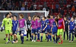 オランダに競り負け、引き揚げる日本の選手ら=共同